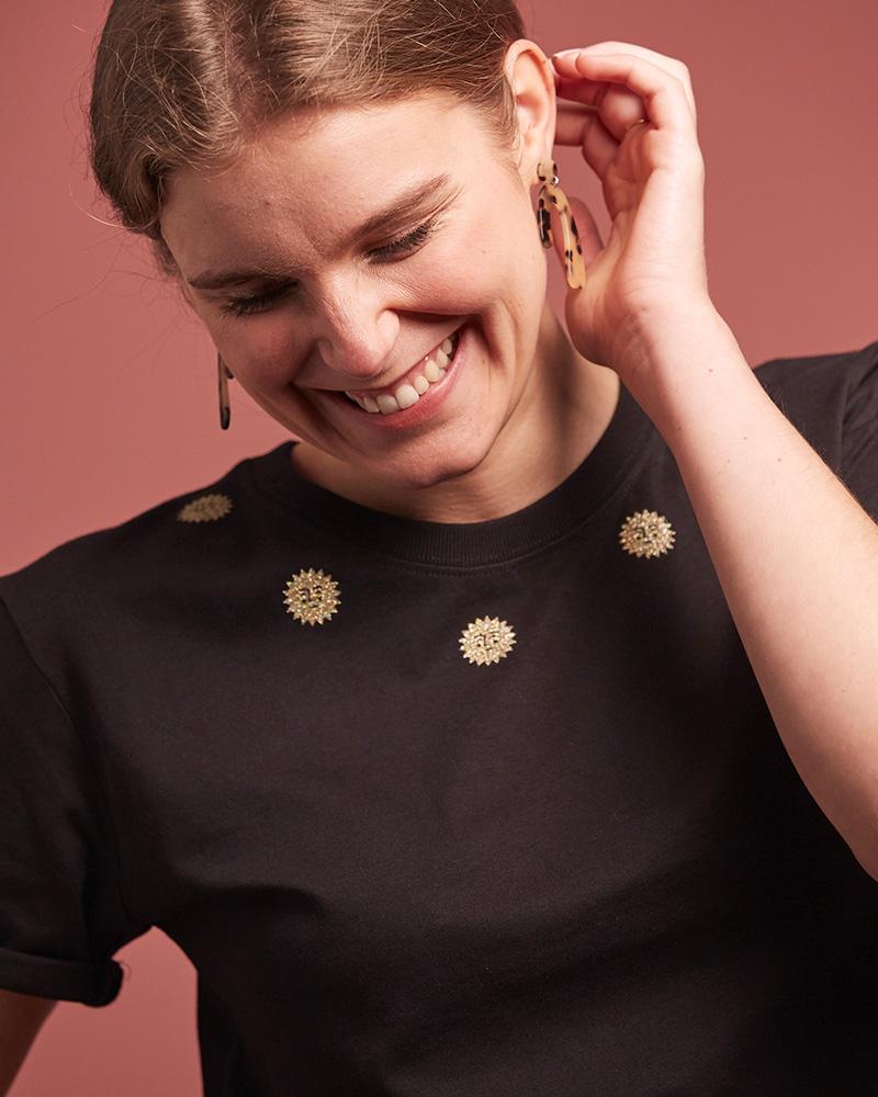 top noir en coton bio décoré de mini soleils autour du cou