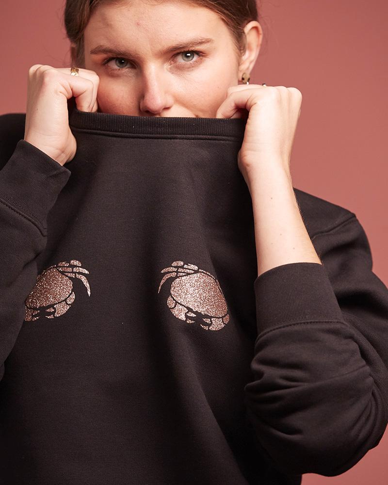 femme avec sweatshirt noir en coton bio