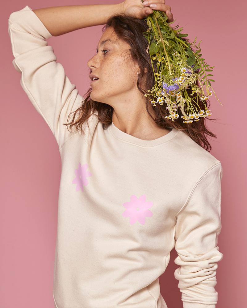 sweatshirt crème avec fleur sur la poitrine