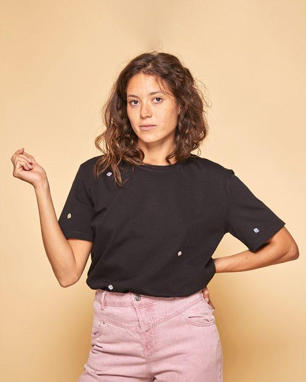 t-shirt noir et jean rose